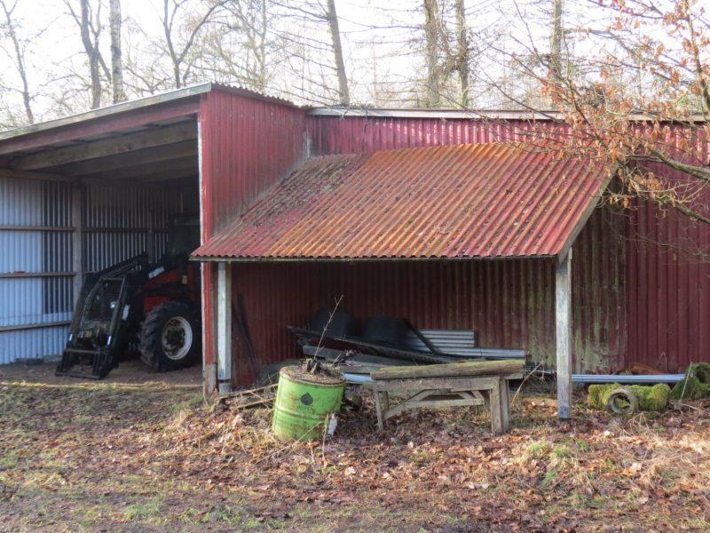 Maskinhuset giver mulighed for at opbevare maskiner, redskaber og foder. Udgør iht. BBR 100m2.