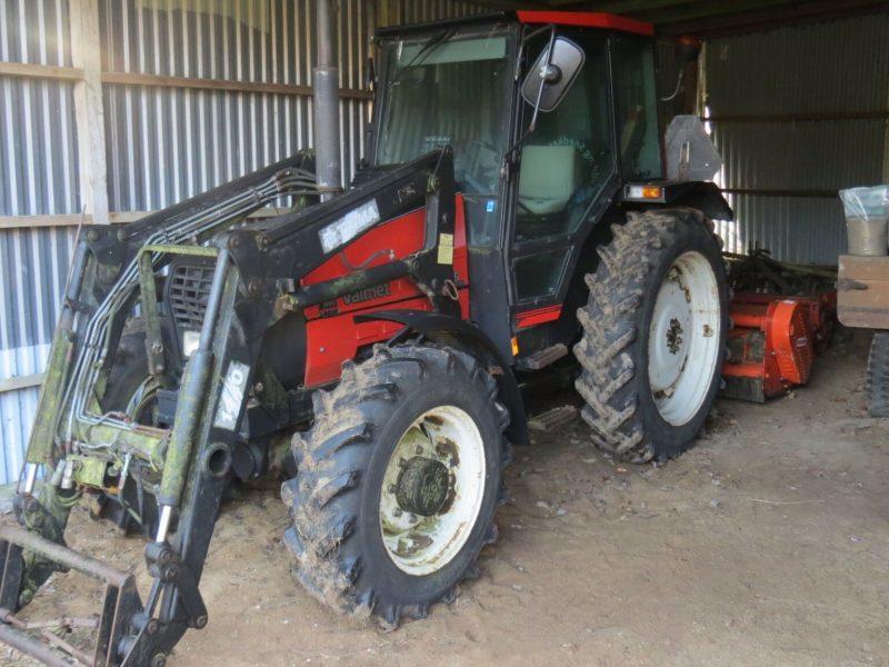 Maskiner og redskaber er ikke inkluderet i den udbudte pris, men kan medfølge efter aftale. Der er traktor med frontlæsser, brakpudser, vogn mv. - altså man kan komme igang med det samme.