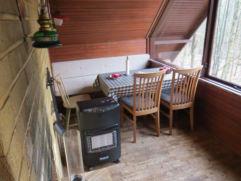 I Hytten er der både spisebord, hyggekrog og pejs